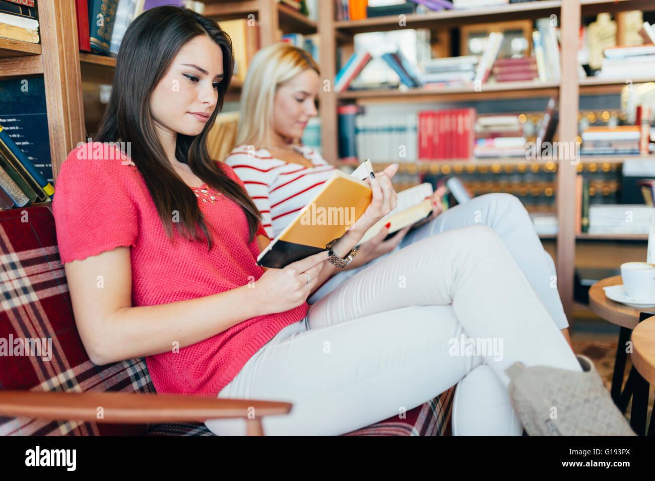 Freunde, Bücher lesen und Studium für Prüfung zusammen Stockbild
