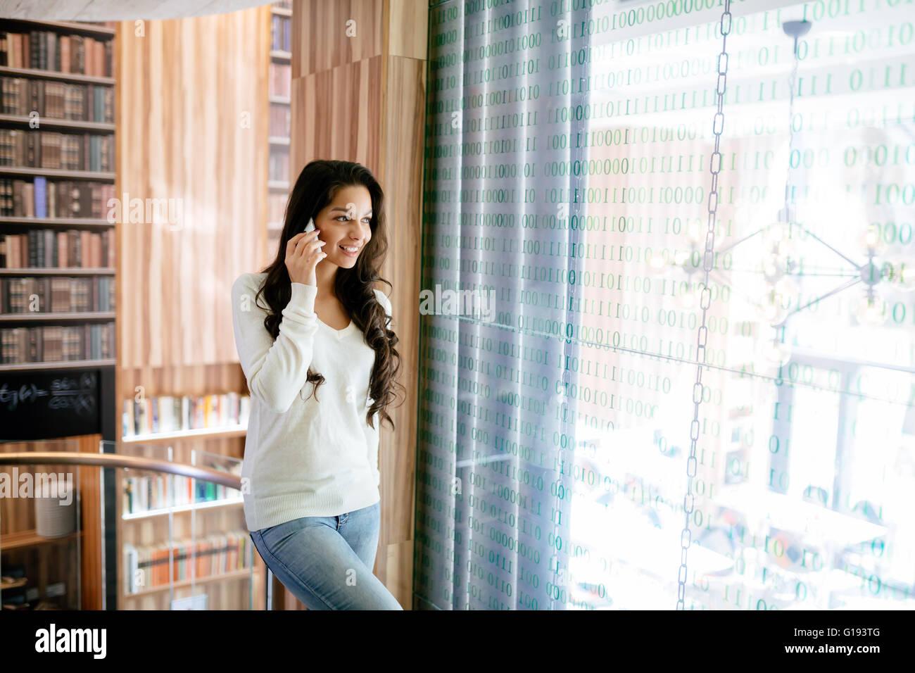Schöne Brünette Geschäftsfrau telefonieren Stockbild