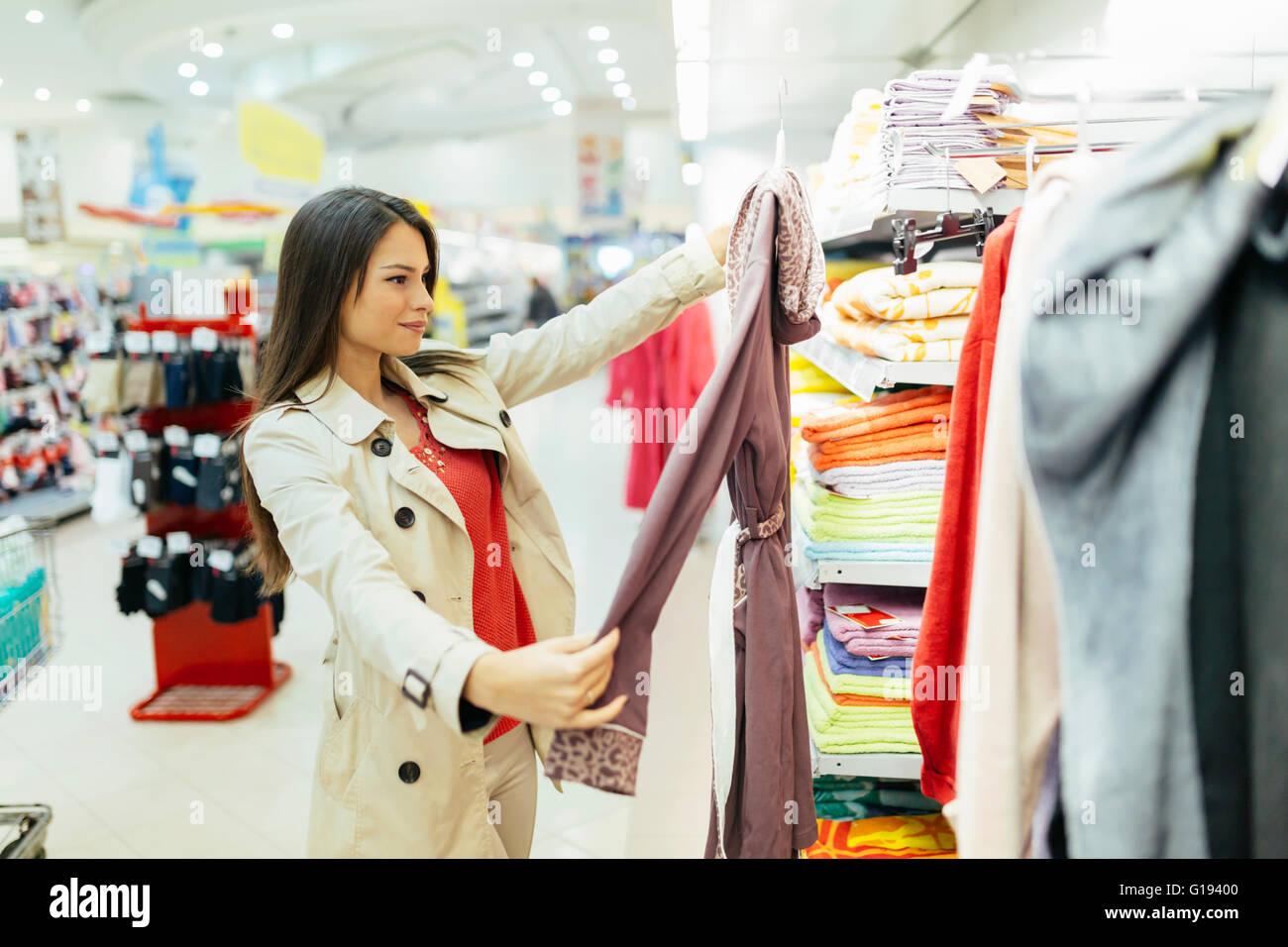Schöne Frau mit einem Blick durch die Kleidung Stockfoto