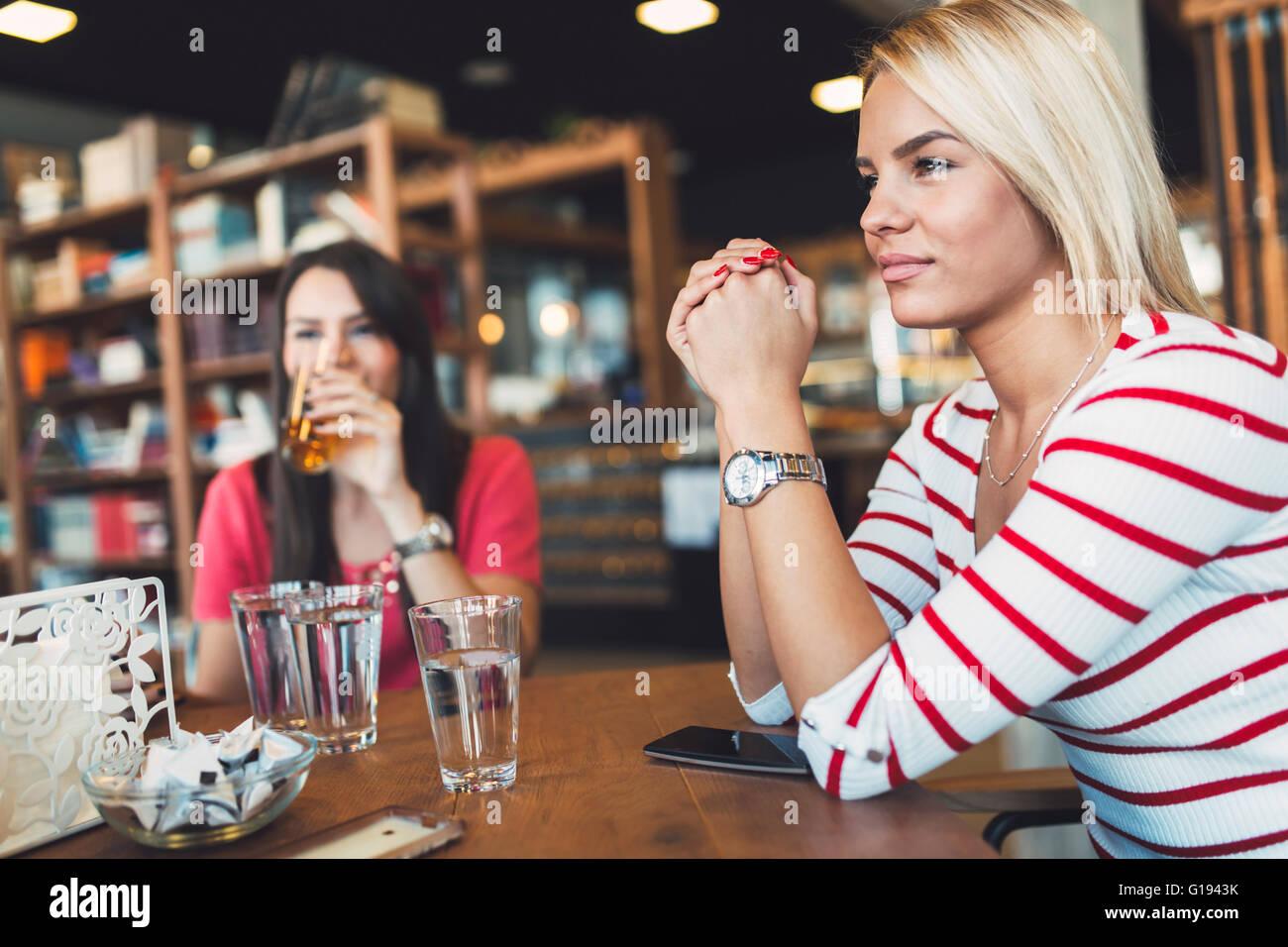 Schöne Frau ruht im Café Klatsch und Gespräche mit Freunden Stockbild