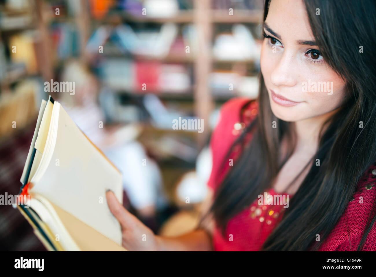 Schöne Frau Buch und Prüfung vorbereiten Stockbild