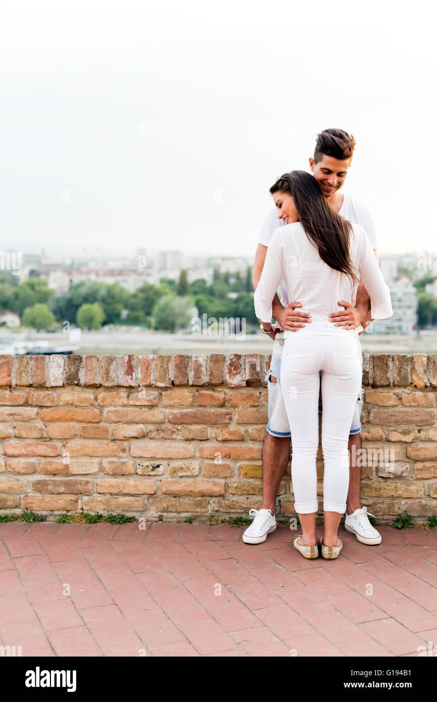 Junges Paar halten einander um Taille und die Nähe zu einander Stockbild