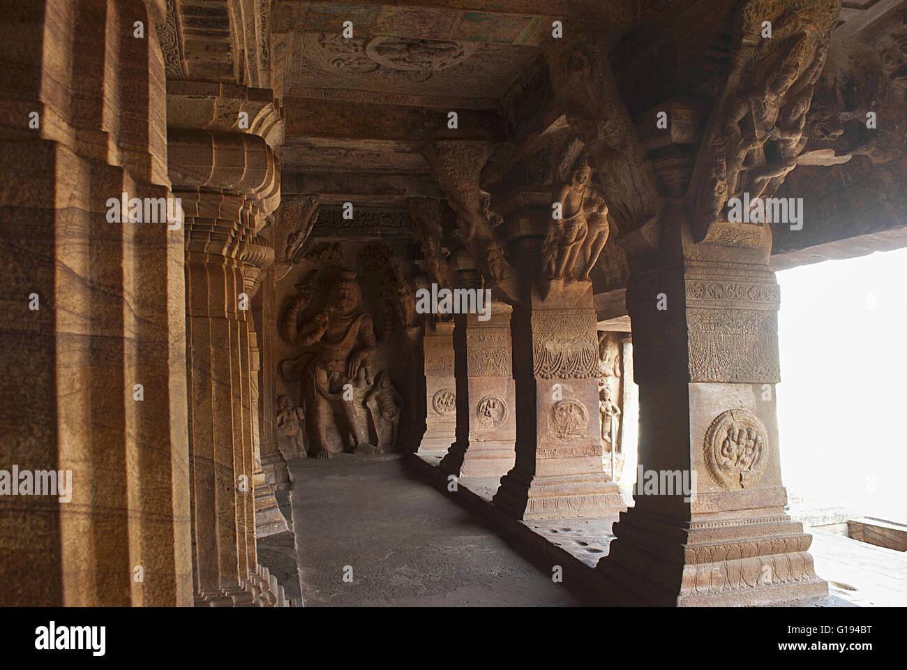 Höhle 3: Geschnitzte Figur des Vishnu als Narasimha (halb Mensch, halb Löwe). Klammern an den Säulen, bis auf einen, hat Schnitzereien von Stockfoto