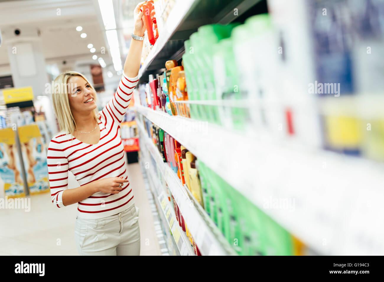 Schöne Frau Körper-Produkte im Supermarkt zu kaufen Stockbild