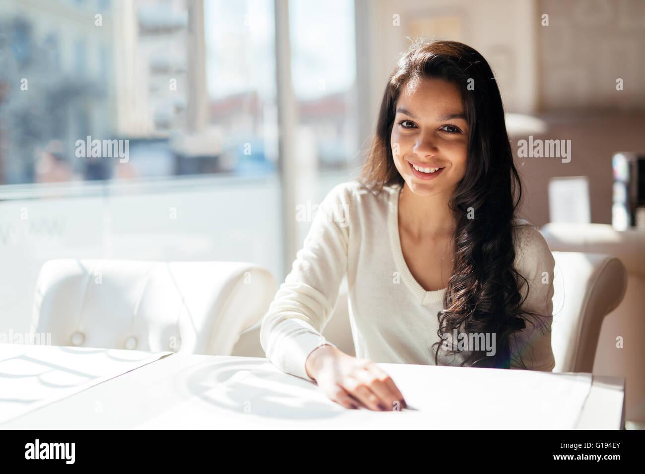 Porträt von einem glücklich schöne Brünette Stockbild