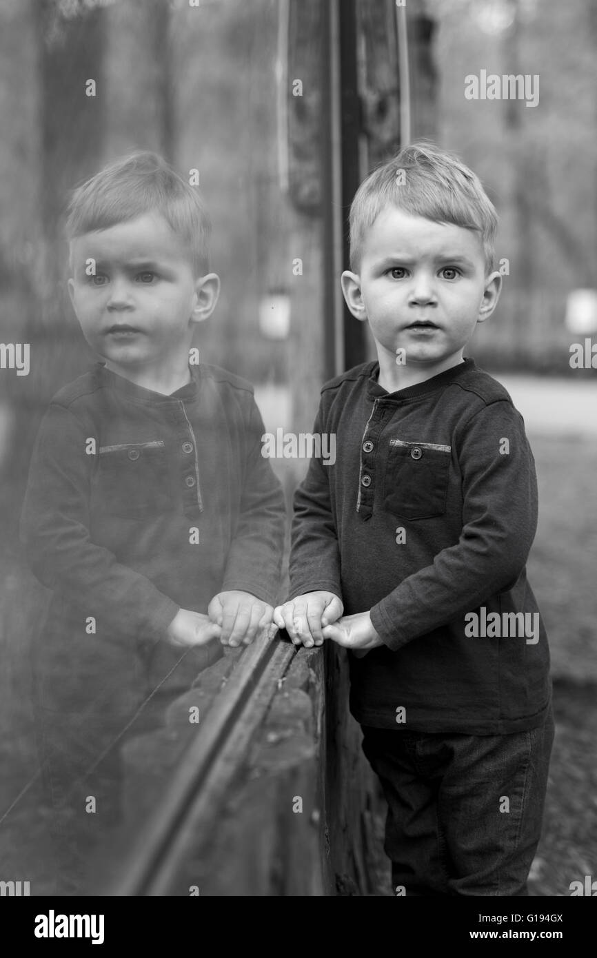 Hübscher kleiner Junge ernsthaft nachdenken Stockfoto