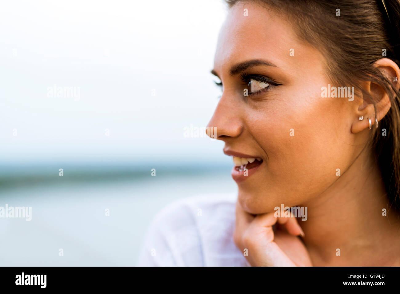 Schöne junge Frau Profilbild und ein Mode-Ständer Stockbild