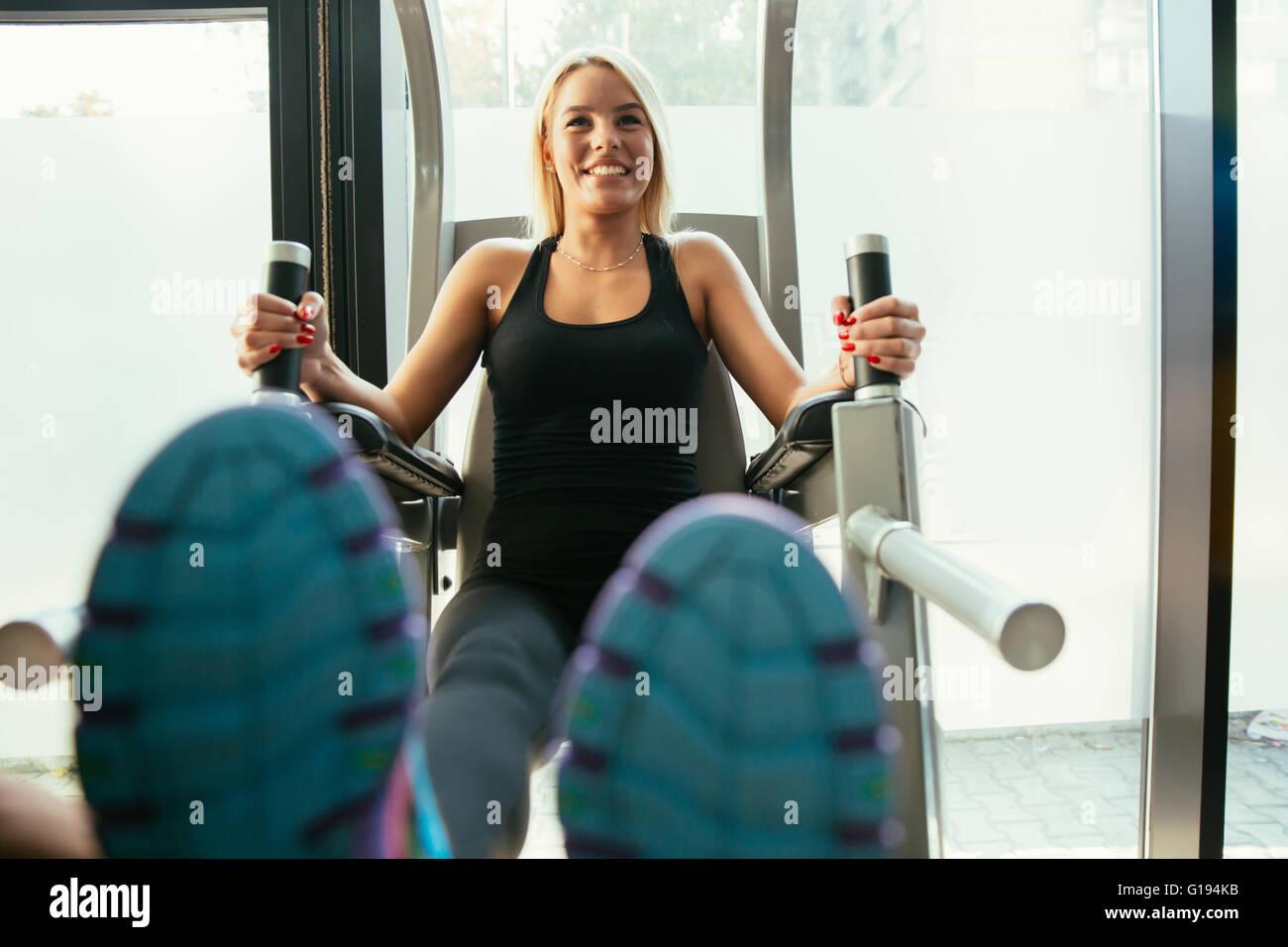 Schöne Frau, training im Fitness-Studio und Körper in Form halten Stockbild