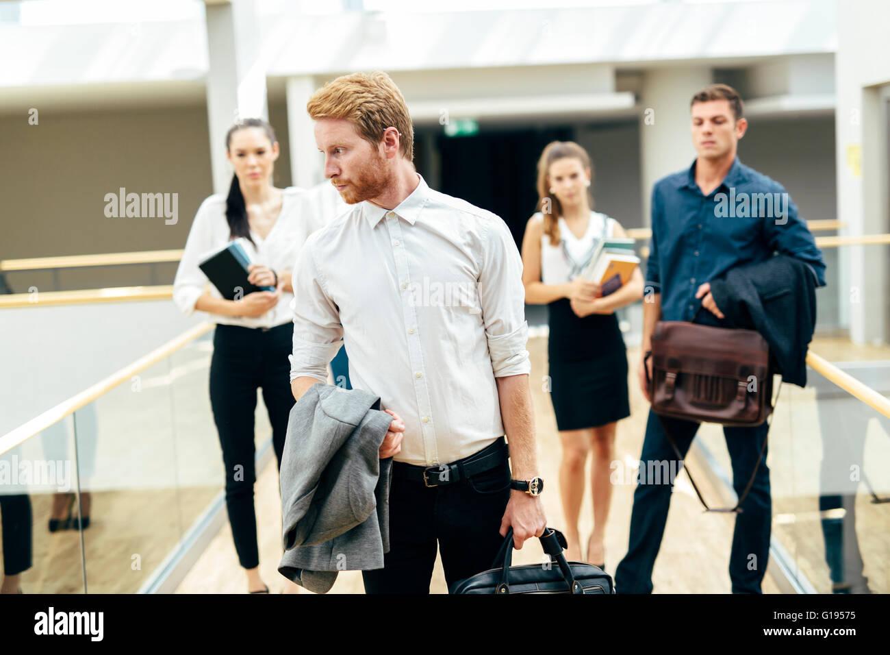 Gruppe von professionellen Geschäftsleuten posiert Stockbild