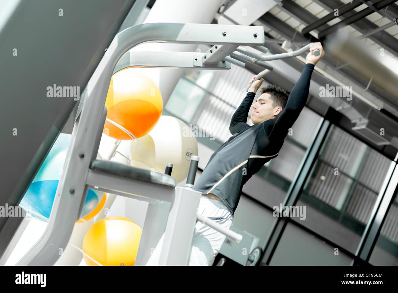 Hübscher Jüngling, ein Fitnessraum und eine gesunde Lebensweise Stockbild