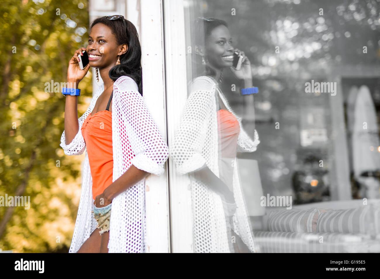 Schwarze Frau am Telefon