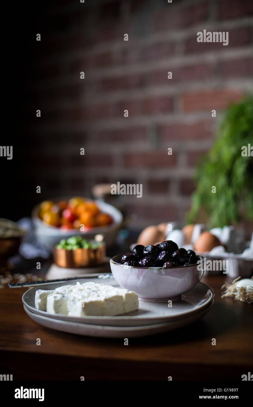 Orzo Salatzutaten werden von vorne fotografiert. Stockbild