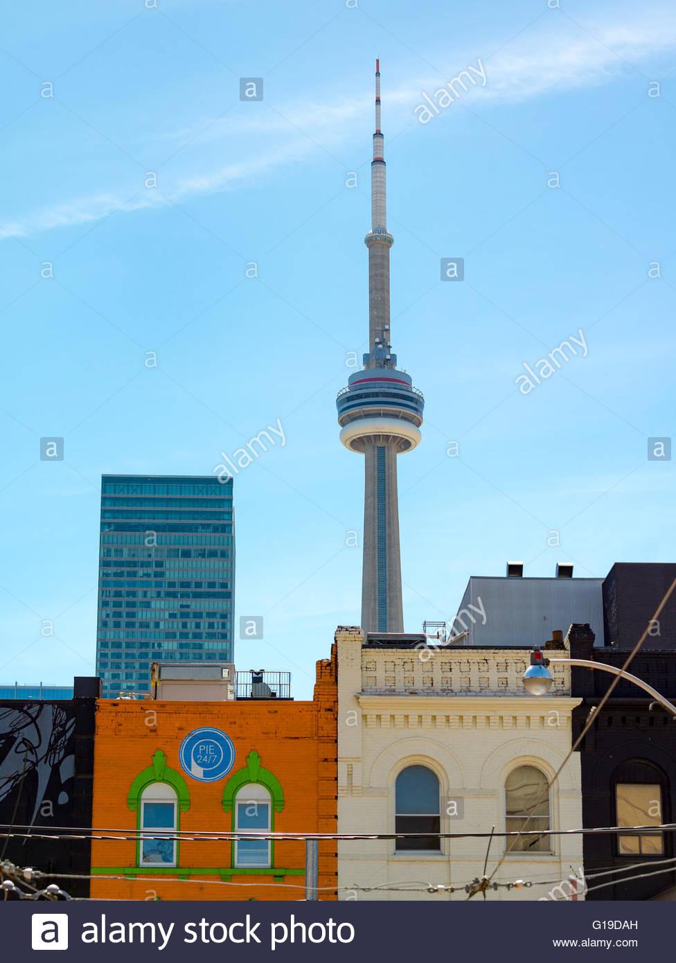 CN Tower und viktorianischen Häusern: architektonischen Kontrast. Der Turm ist ein Symbol der kanadischen Geschichte Stockbild