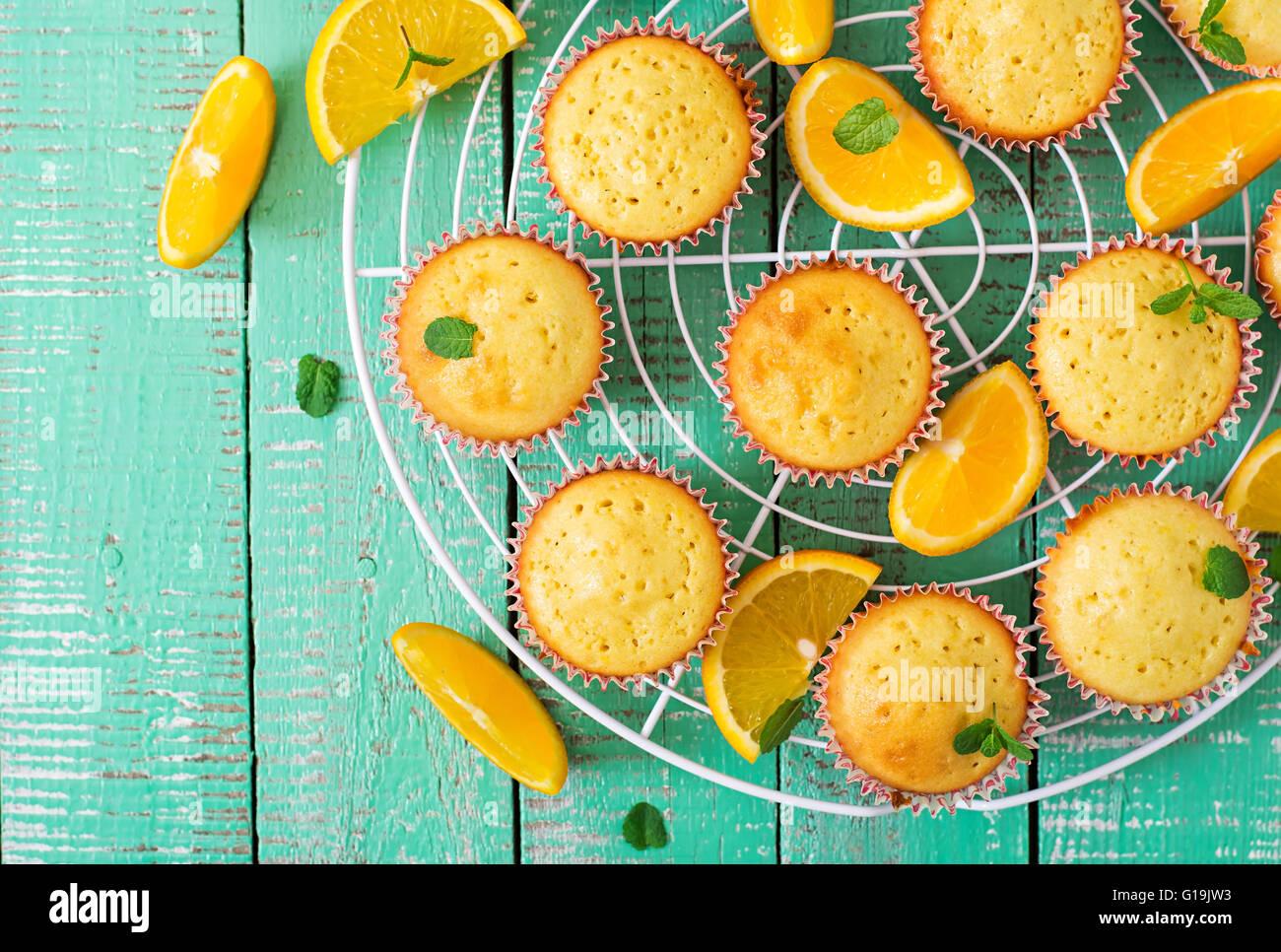 Leckere Muffins mit Orangen und Minze. Ansicht von oben Stockbild