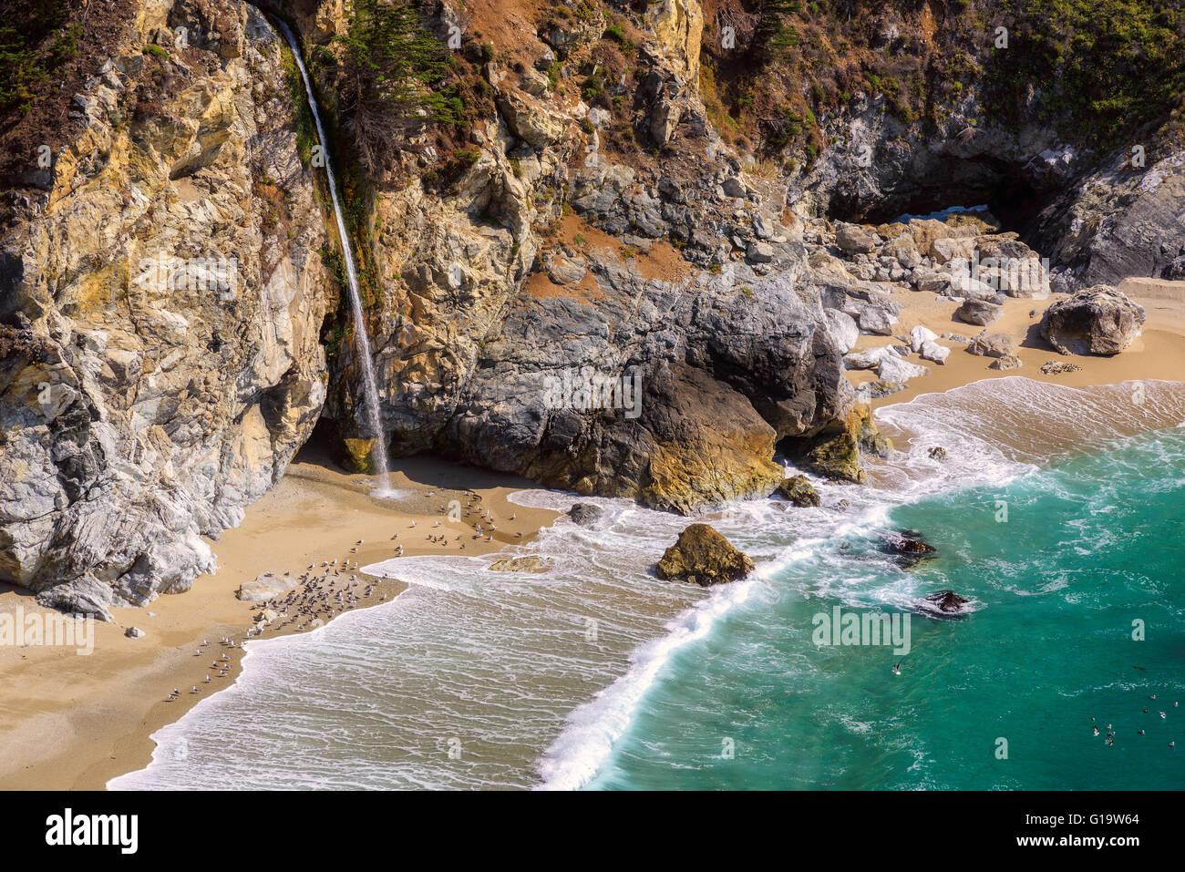 California Beach und Wasserfälle, Big Sur Stockbild
