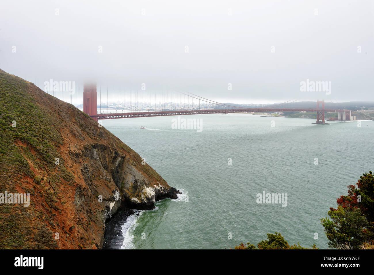 Golden Gate im Morgengrauen umgeben von Nebel, California Stockbild