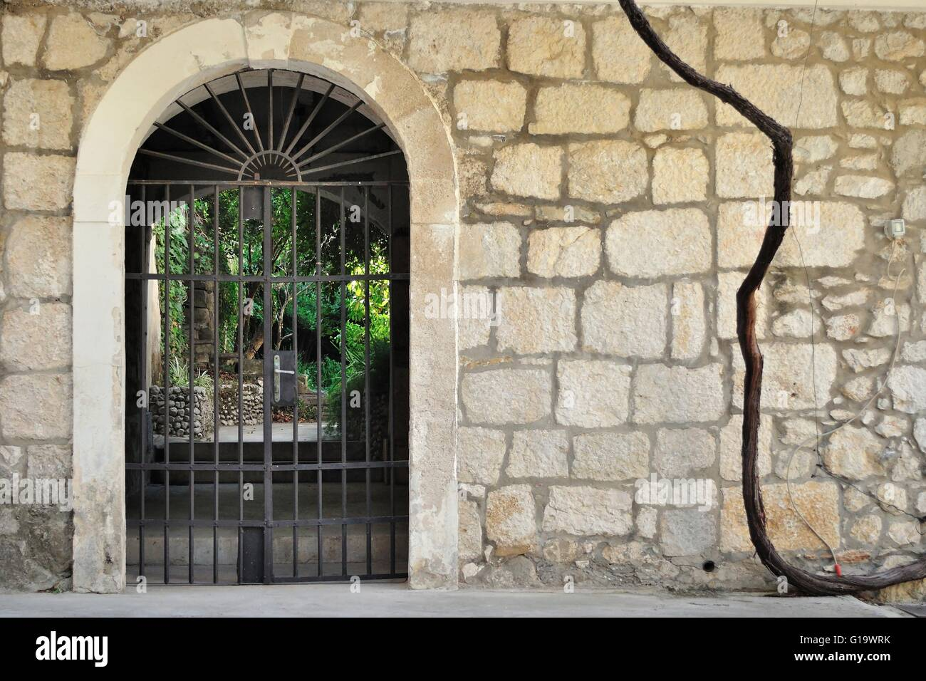 Traditional Arch Gate Stone Wall Stockfotos & Traditional Arch Gate ...