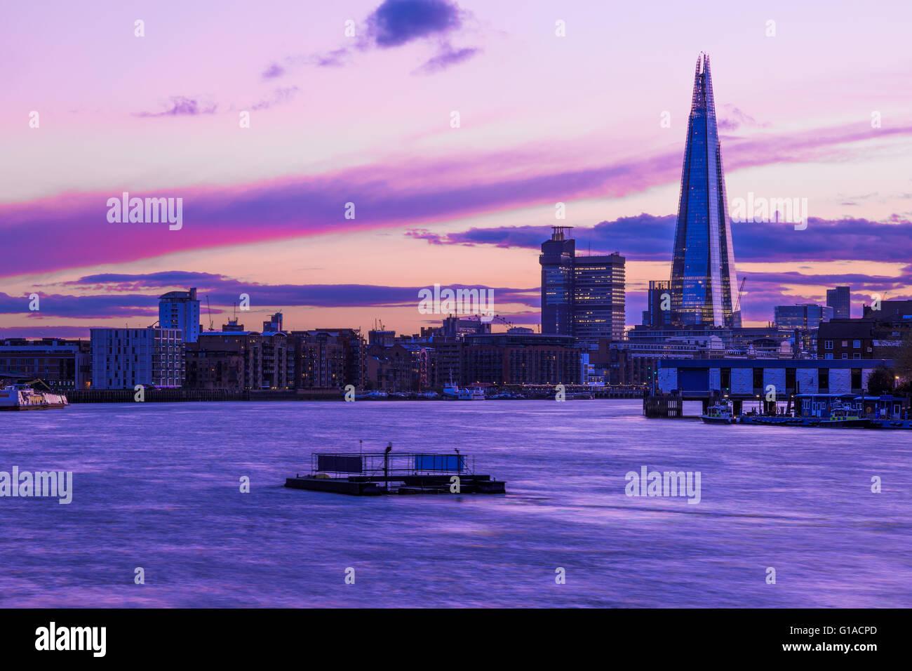 Modernen Londoner Stadtbild während des Sonnenuntergangs, einschließlich The Shard Stockbild