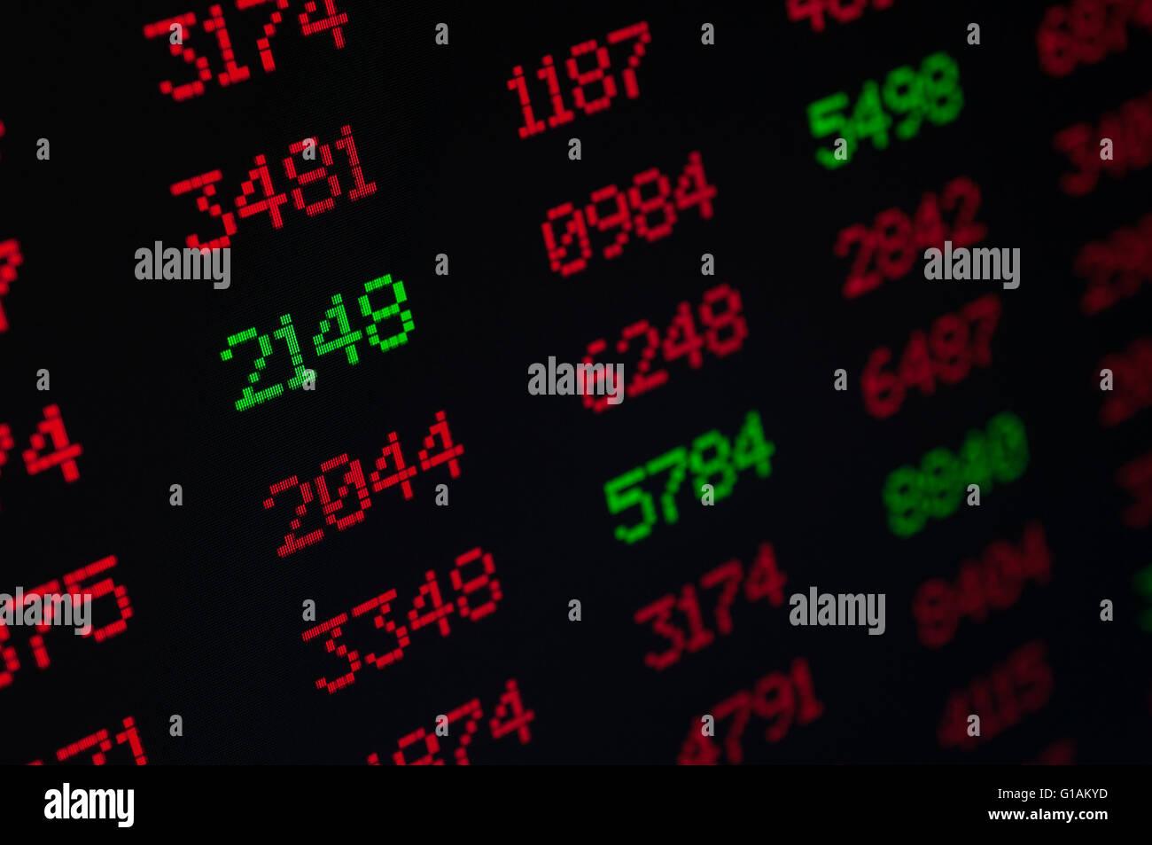 Börse - digitale Anzeige mit roten und grünen Figuren - geringe Schärfentiefe Stockbild