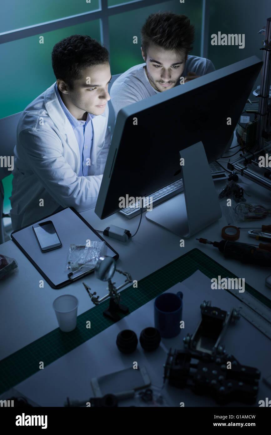 -Studenten im Labor, arbeiten sie mit einem Computer, Innovation und Technologie-Konzept Stockbild
