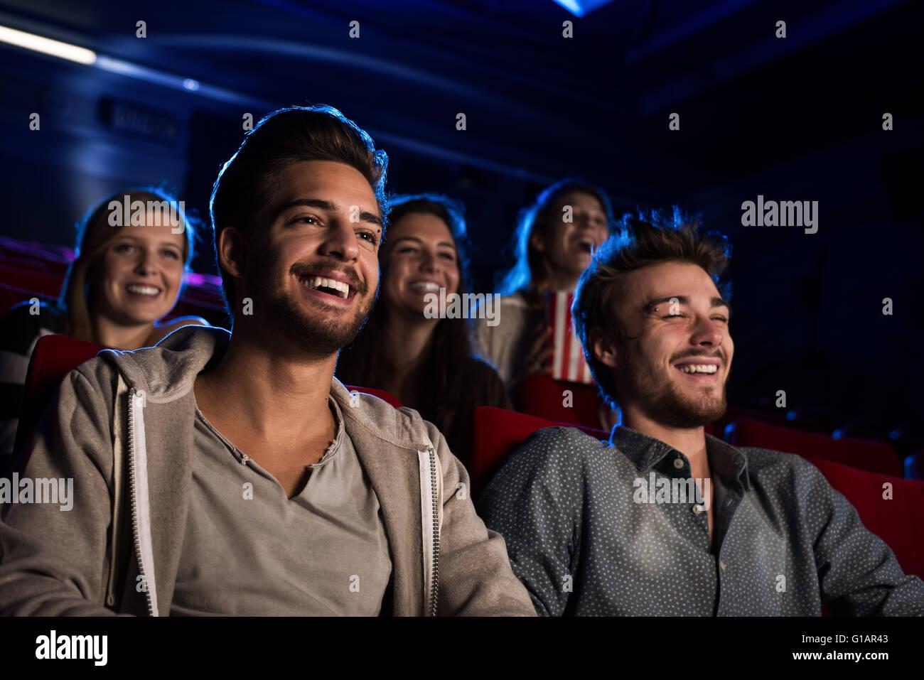 Glückliche Freunde im Kino einen Film zusammen, Unterhaltung und Freizeit-Konzept Stockbild