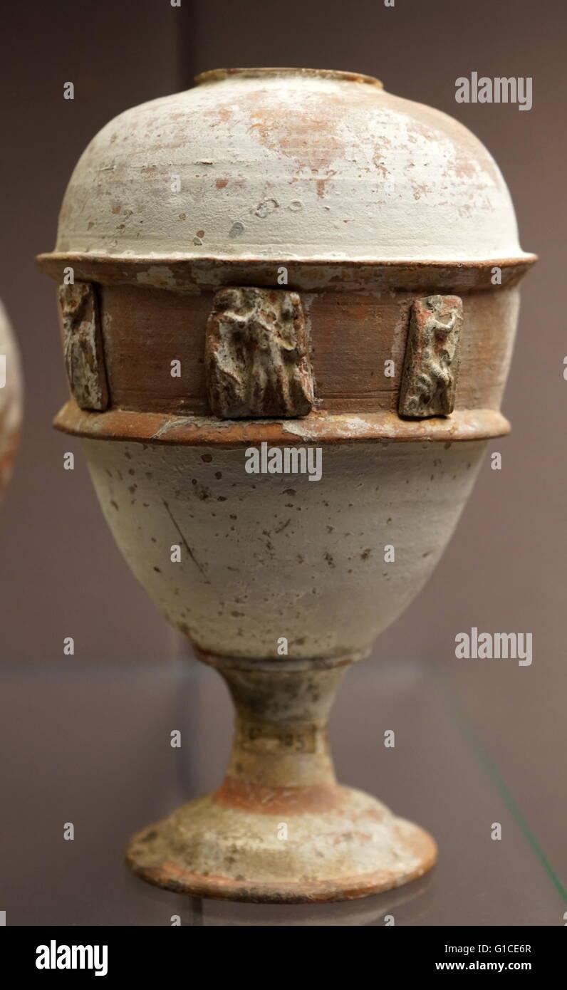 Ovale Keramik-Gefäss mit Reliefdekor aus Libyen. 200 v. Chr. datiert Stockbild