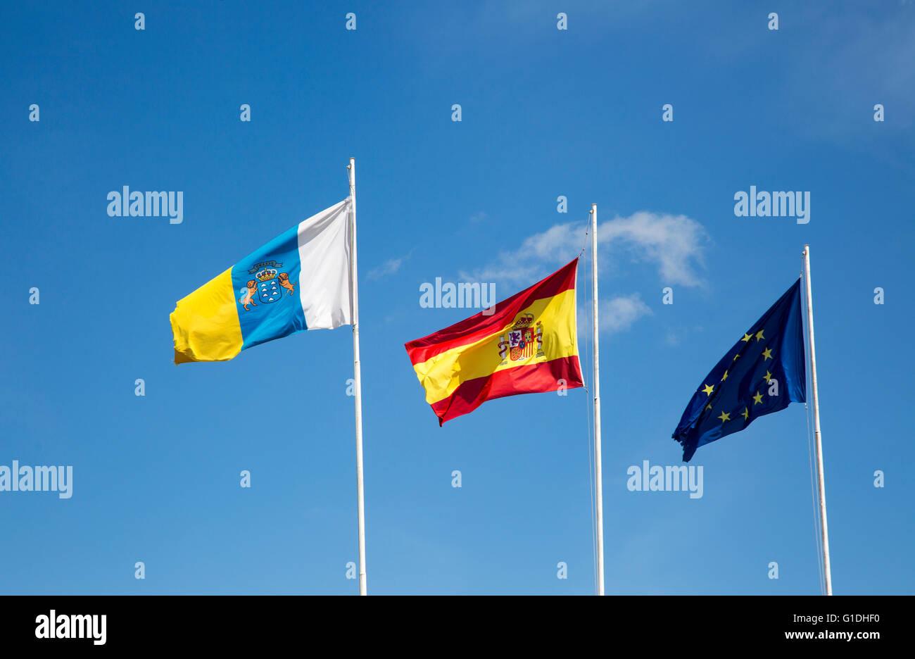 Flaggen der Europäischen Union, die Spanien und die Kanarischen Inseln fliegen am Flughafen Lanzarote, Kanarische Stockbild