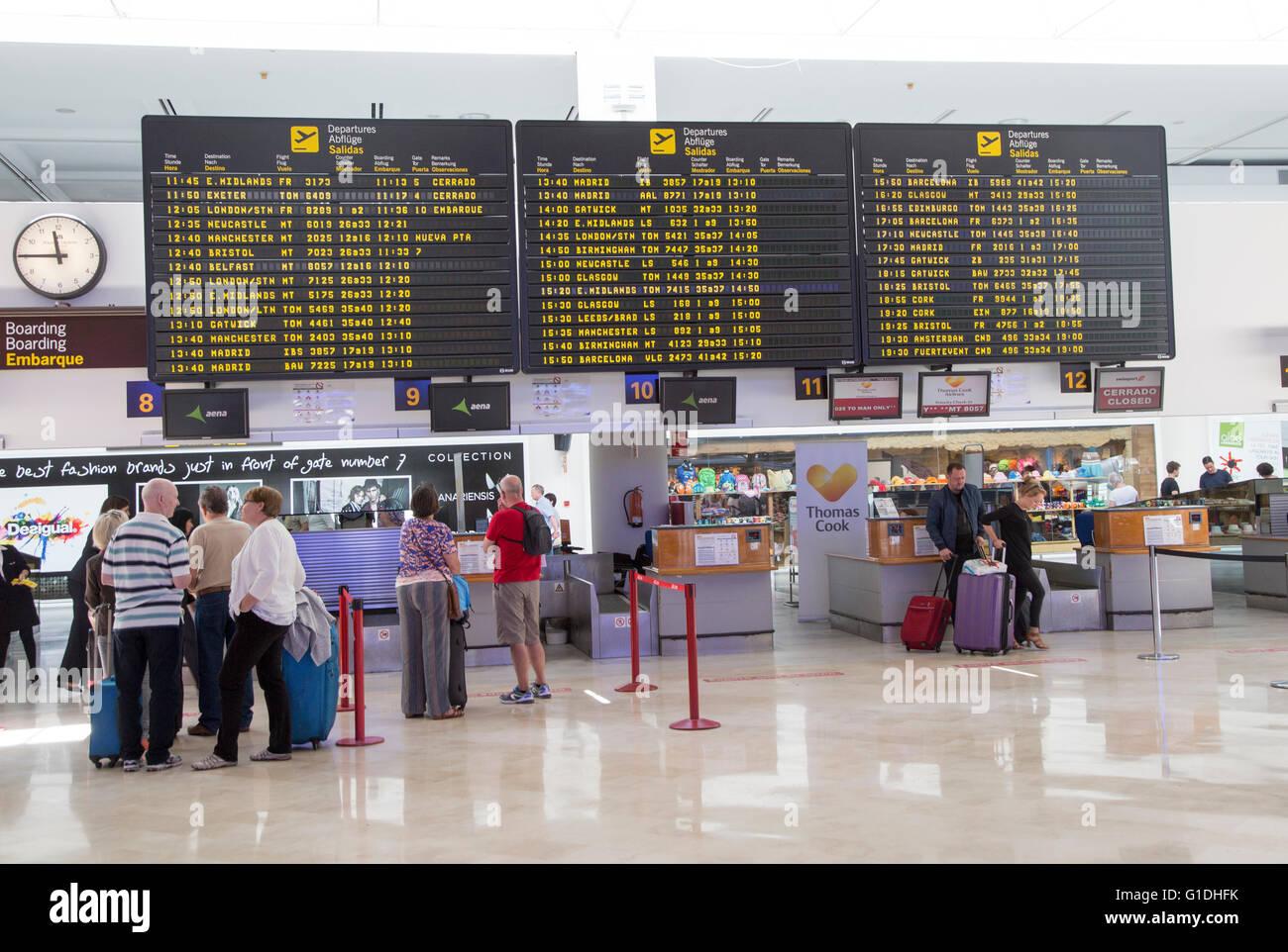 Elektronische internationale Abflüge Fluginformationen, terminal 2 Flughafen Lanzarote, Kanarische Inseln, Stockbild