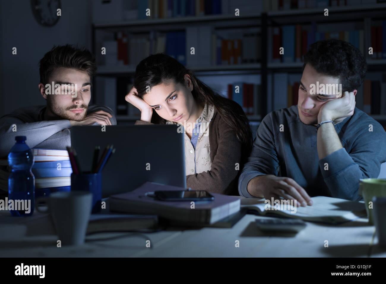 Müde Schüler spät in die Nacht, sie starrte auf den Laptopbildschirm und dem Einschlafen Stockbild