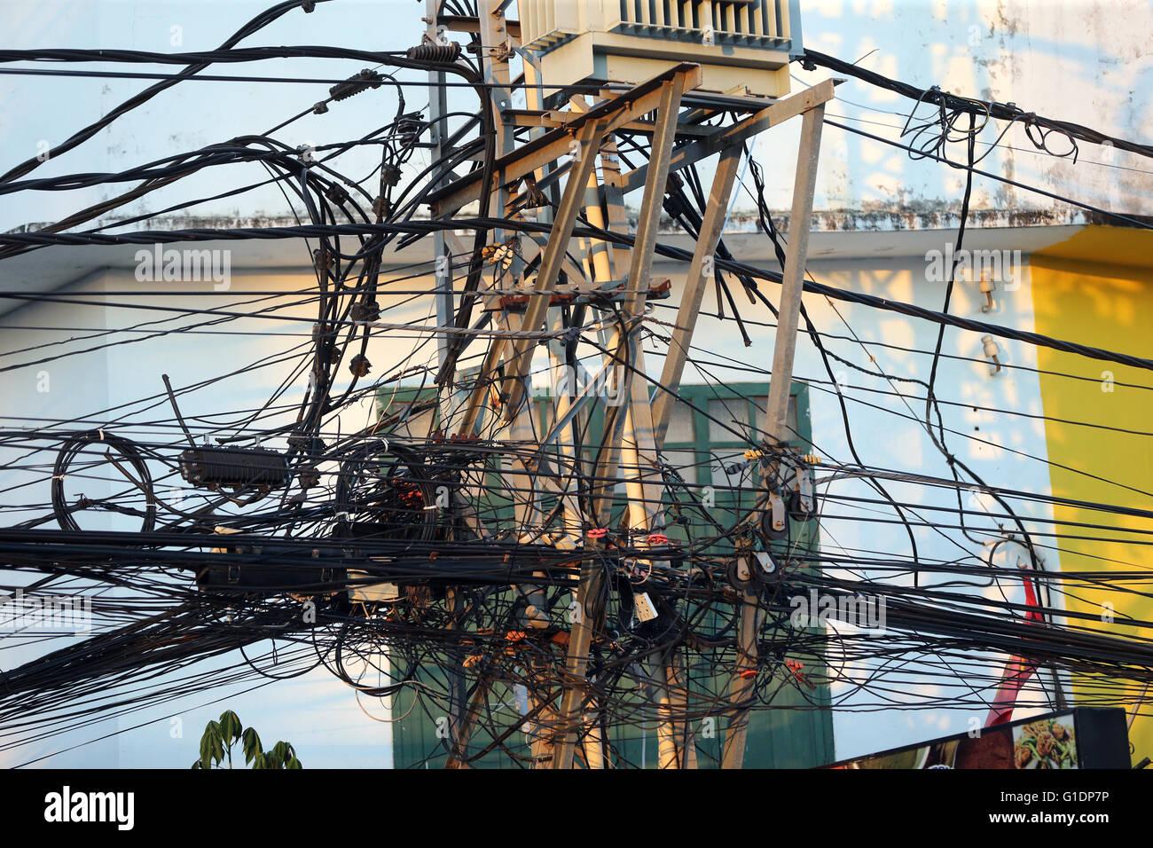 Gewirr von elektrischen Leitungen auf Elektromasten.  Vientiane. Laos. Stockbild
