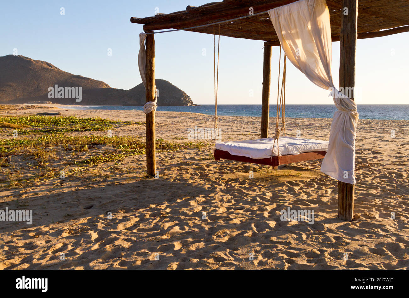 gefederte outdoor bett auf strand von el faro beach club & spa in