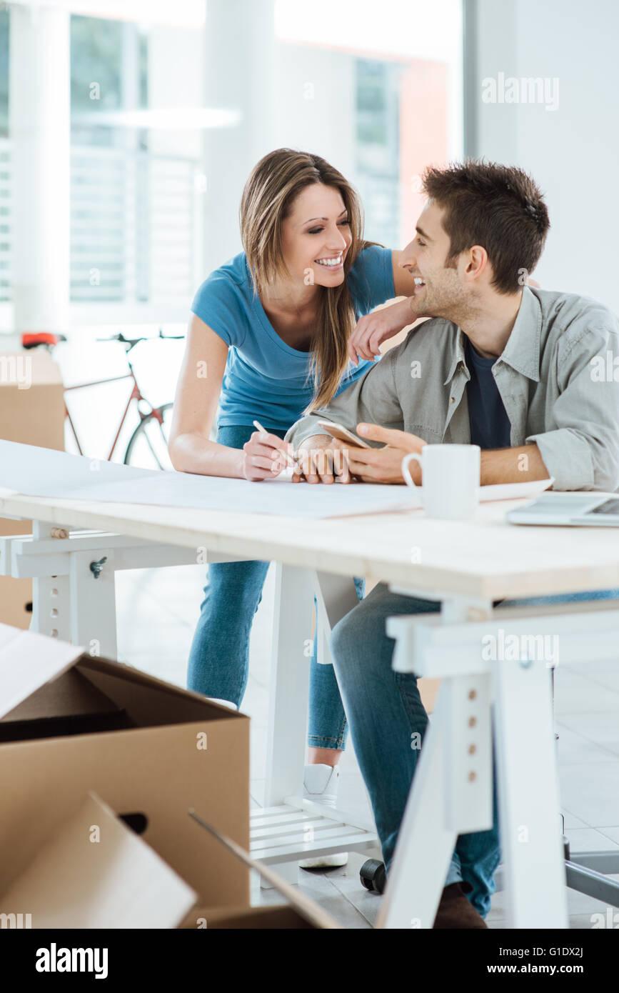Romantisches Liebespaar, Planung und Gestaltung ihres neuen Hauses ...