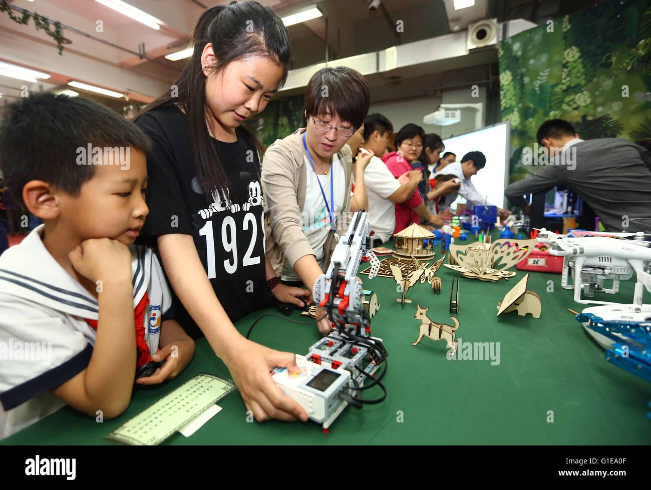 Tianjin, China. 13. Mai 2016. Studenten werden durch wissenschaftliche Spielzeug während 30. Tianjin Woche Stockbild