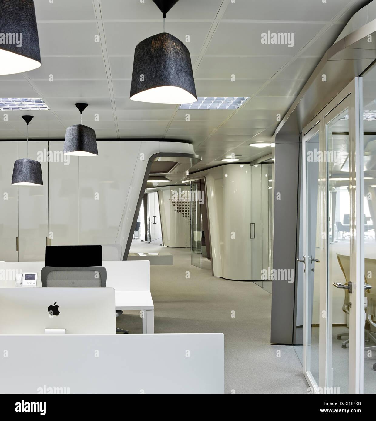 Inaugure Büros, Barcelona, Spanien. Großraumbüro mit weißen ...