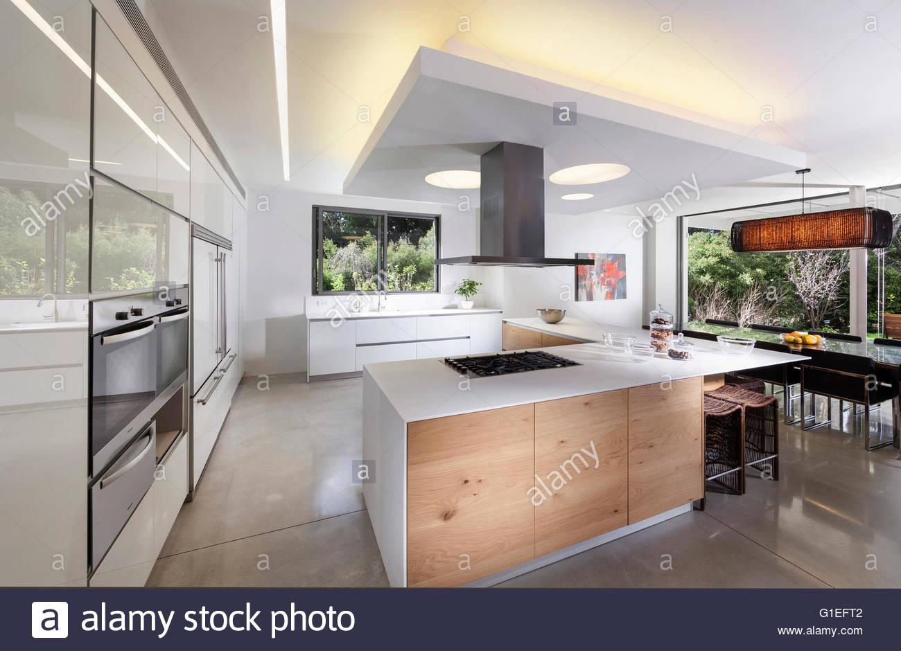Weiße Villa, Tel Aviv. Moderne Wohnzimmer und Küchenbereich ...