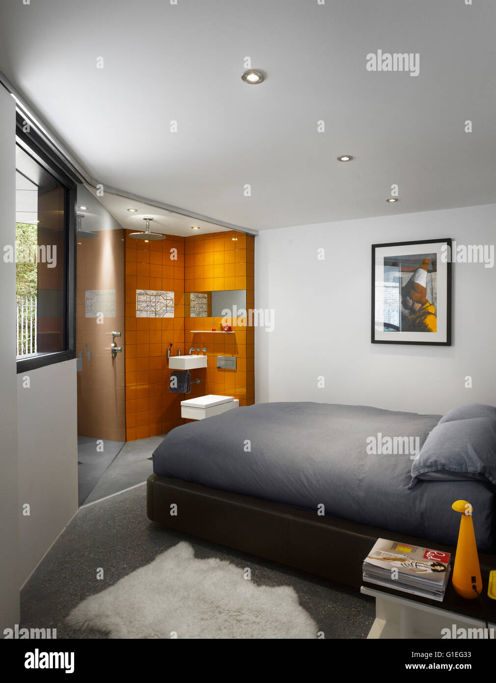 Wimbledon Village House in London. Moderne Schlafzimmer mit offenen Bad. Stockbild