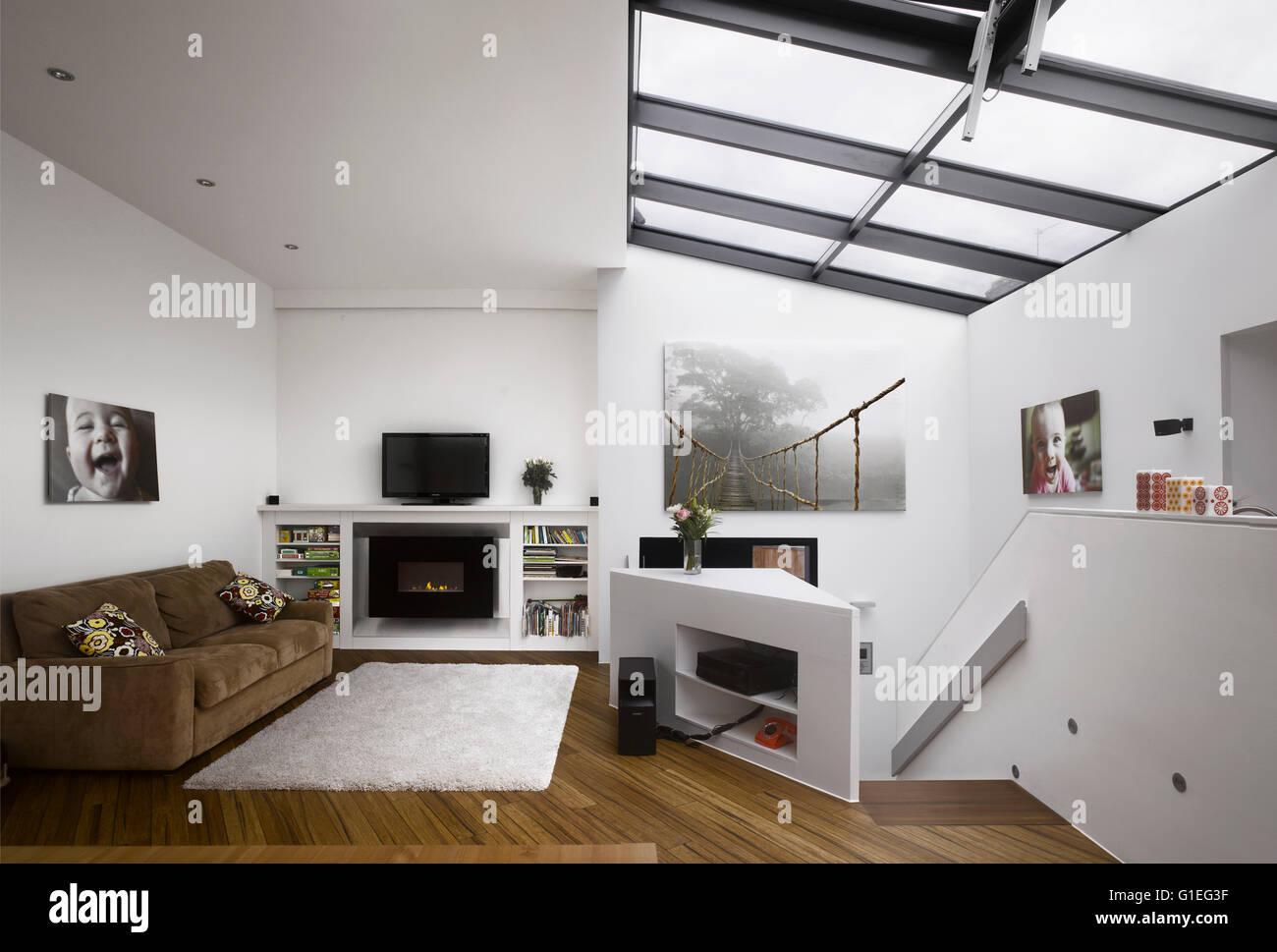 Wimbledon Village House in London. Moderne offene Wohnzimmer mit ...