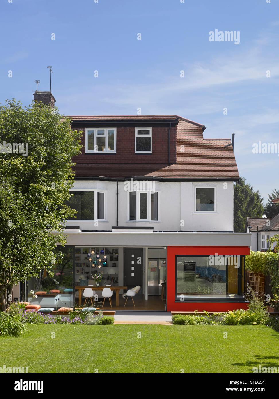 Eingeschossige Erweiterung, Mincheon Road, London. Blick Auf Offenen  Wohnraum Und Küche Durch Glasschiebetüren An Der Außenwand Des Hauses.