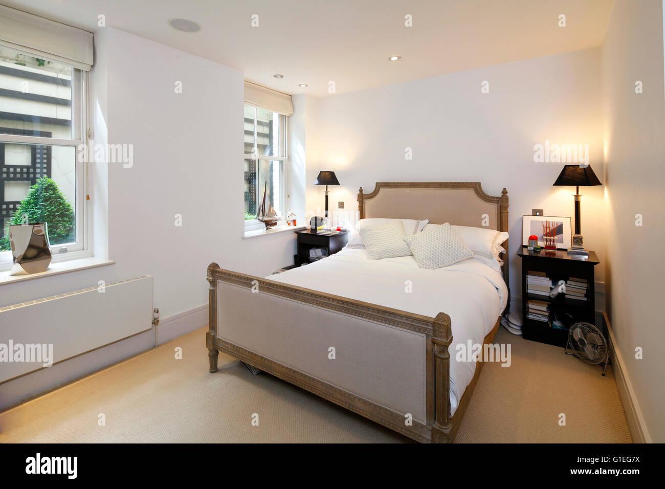 Bedford Gardens, Kensington. Schlafzimmer mit weißen Wänden und Holzböden. Traditionelle Möbel. Stockbild