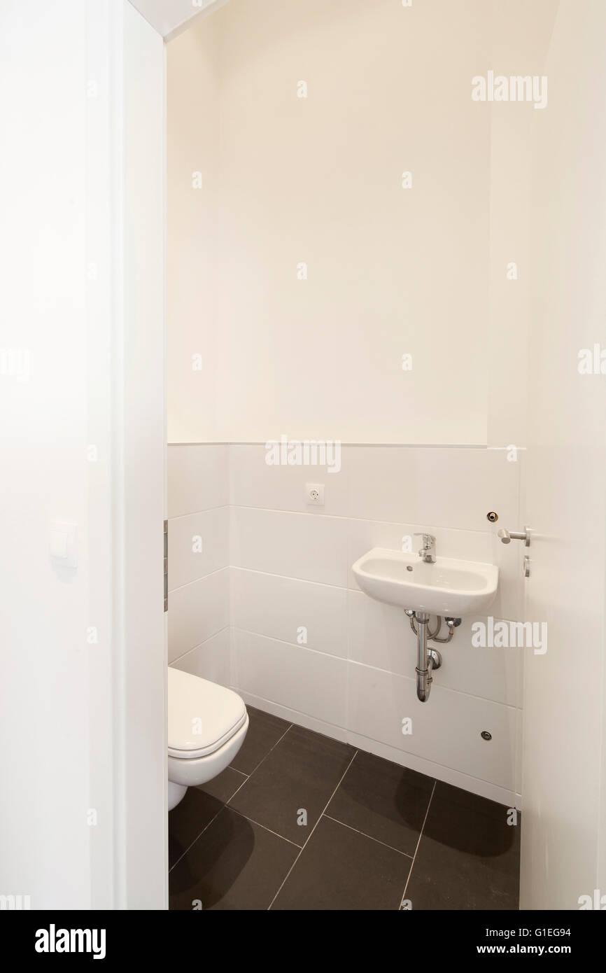 Buro, 53 Reichenberger Straße. Kleines Badezimmer mit weißen WC und ...