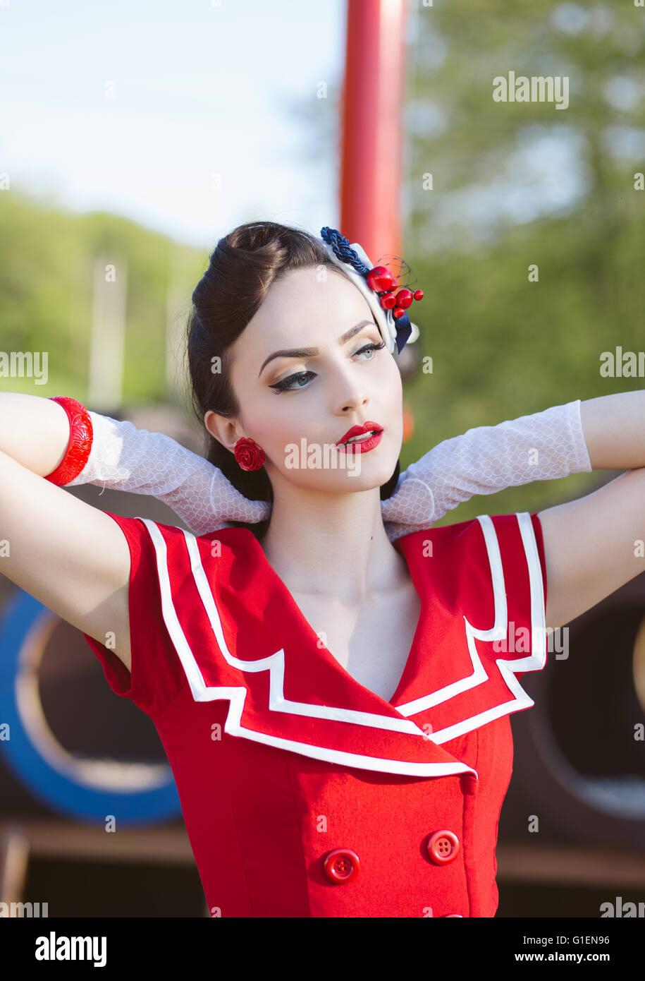 Porträt einer schönen Retro-Frau im roten Kleid Stockbild