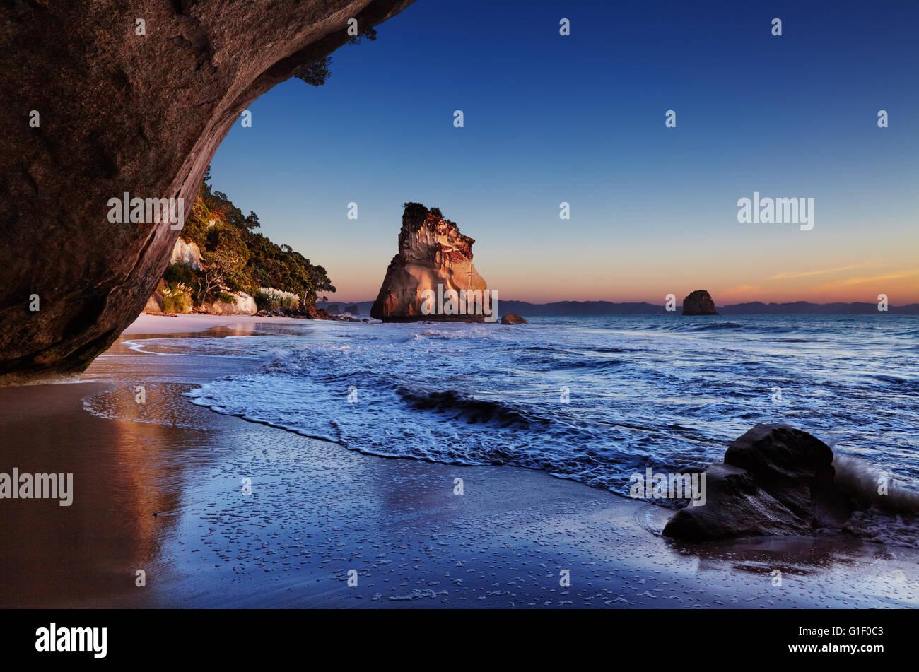 Cathedral Cove bei Sonnenaufgang, Coromandel Peninsula, Neuseeland Stockbild