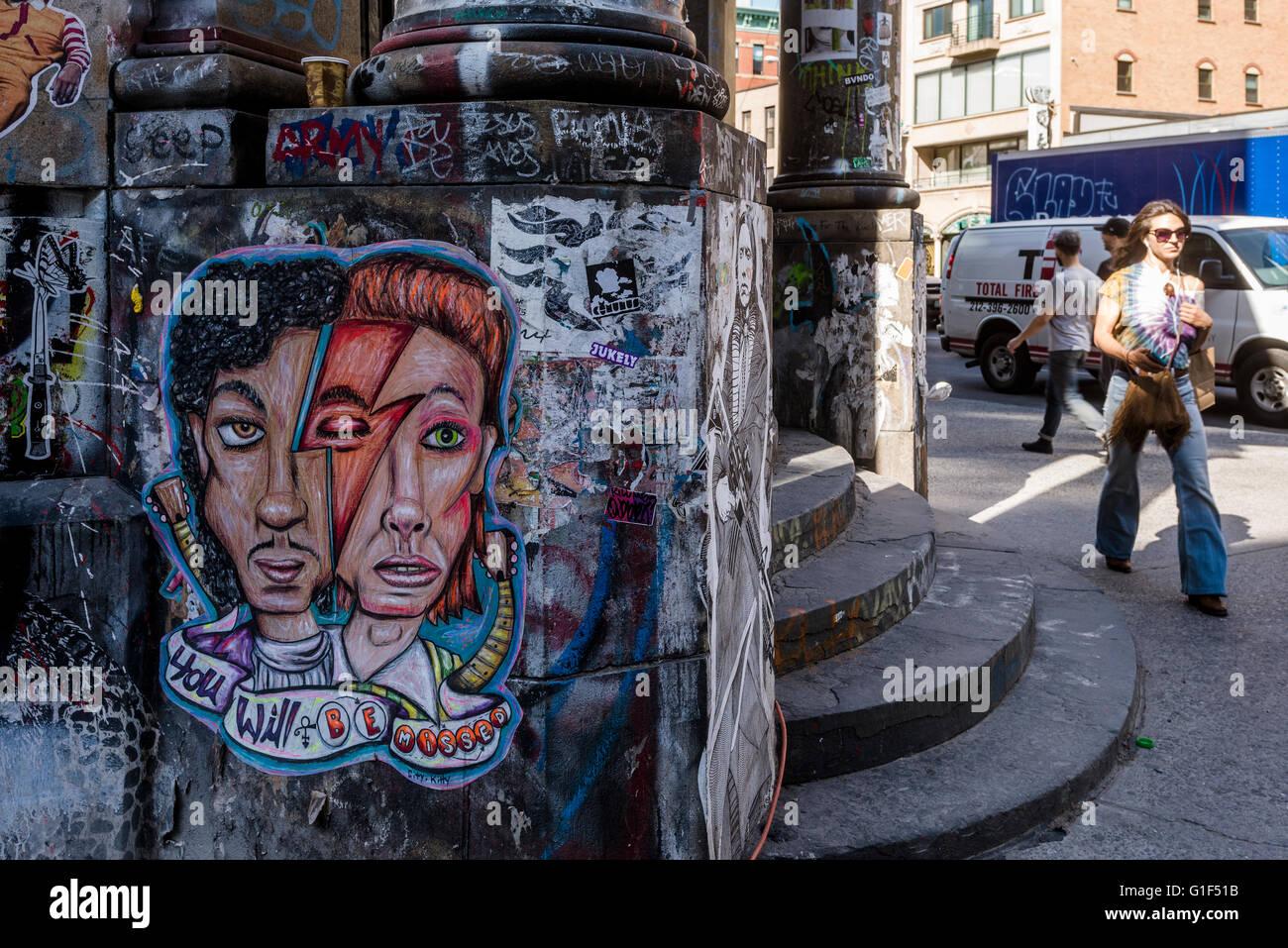 New York, NY - 12. Mai 2016 - Hommage an Prinz und David Bowie, von Citi Kitty auf der Germania-Bankgebäude Stockbild