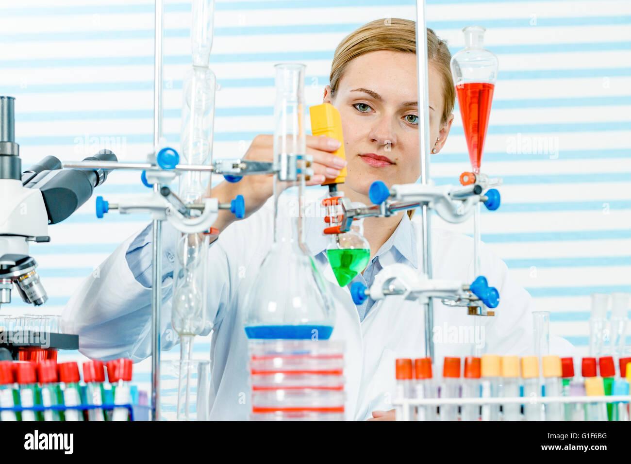 -MODELL VERÖFFENTLICHT. Weiblichen Chemiker im Labor arbeitet. Stockbild