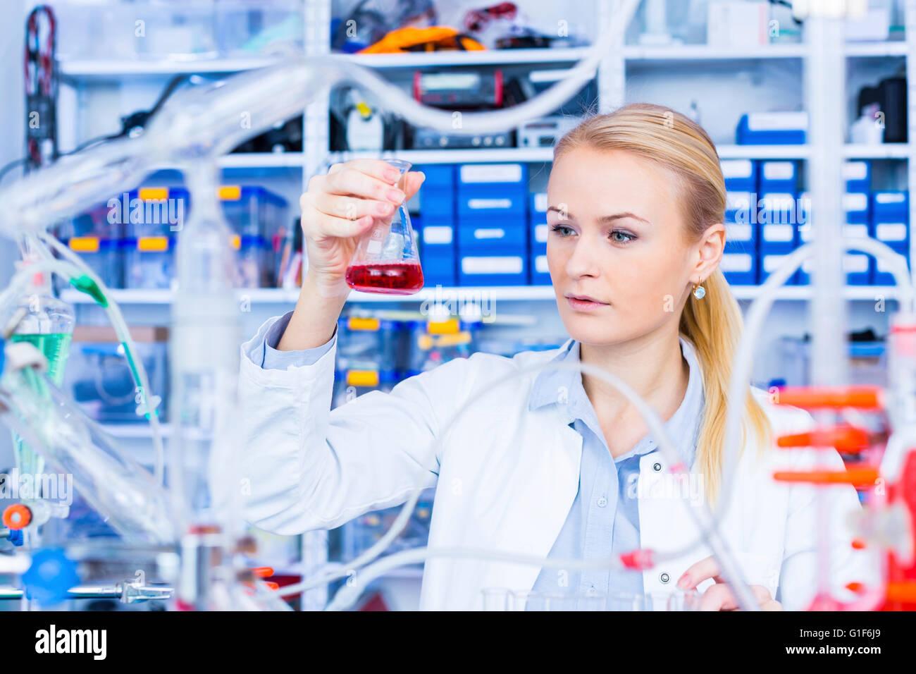 -MODELL VERÖFFENTLICHT. Weiblichen Chemiker im Labor. Stockbild