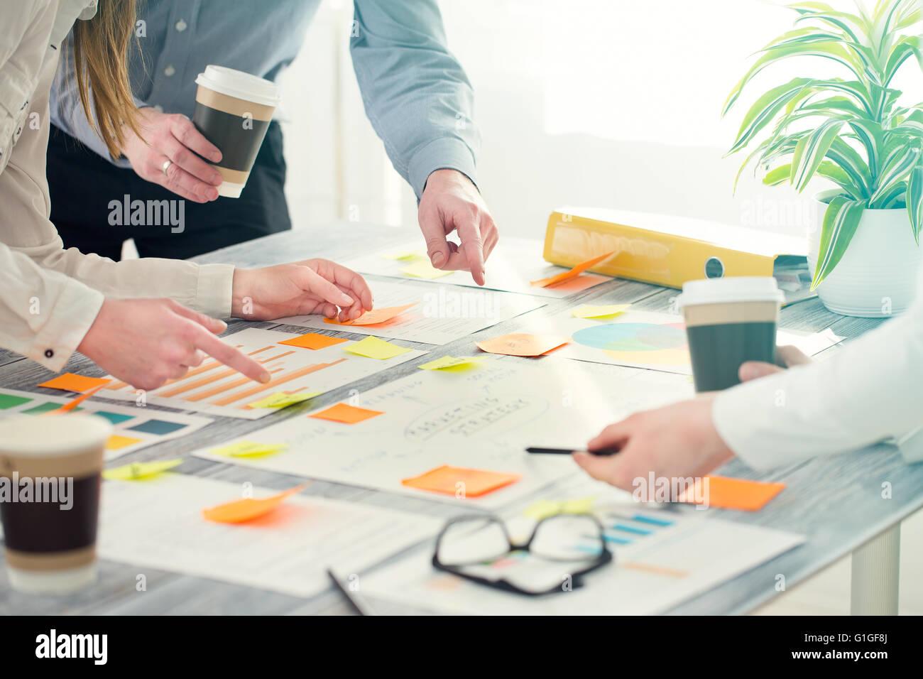 Brainstorming Brainstorm Geschäftsleute Ausführungsplanung Stockbild