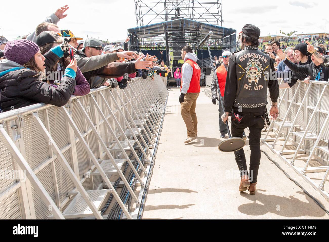 Somerset, Wisconsin, USA. 14. Mai 2016. Rapper YELAWOLF geht durch die Menge an Somerset Amphitheater beim nördlichen Stockbild