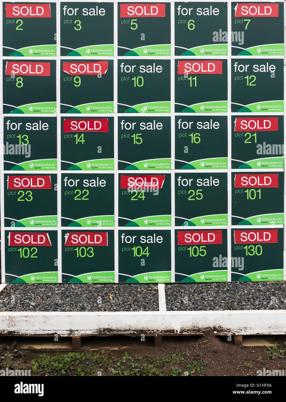 Schild mit Status des neu gebauten Häusern Stockbild