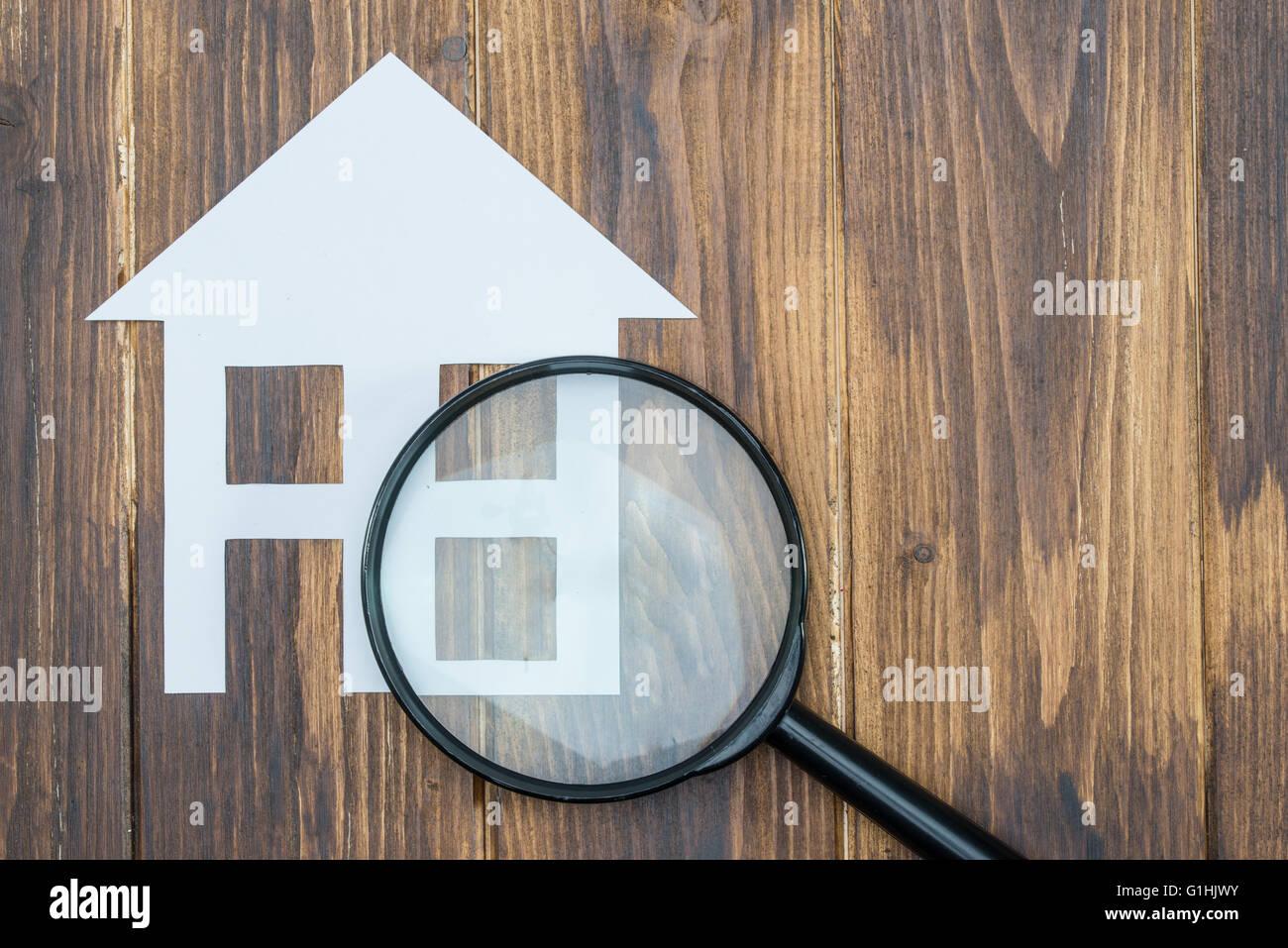 Haus Mit Lupe Papier Wohnungssuche Auf Hölzernen Hintergrund