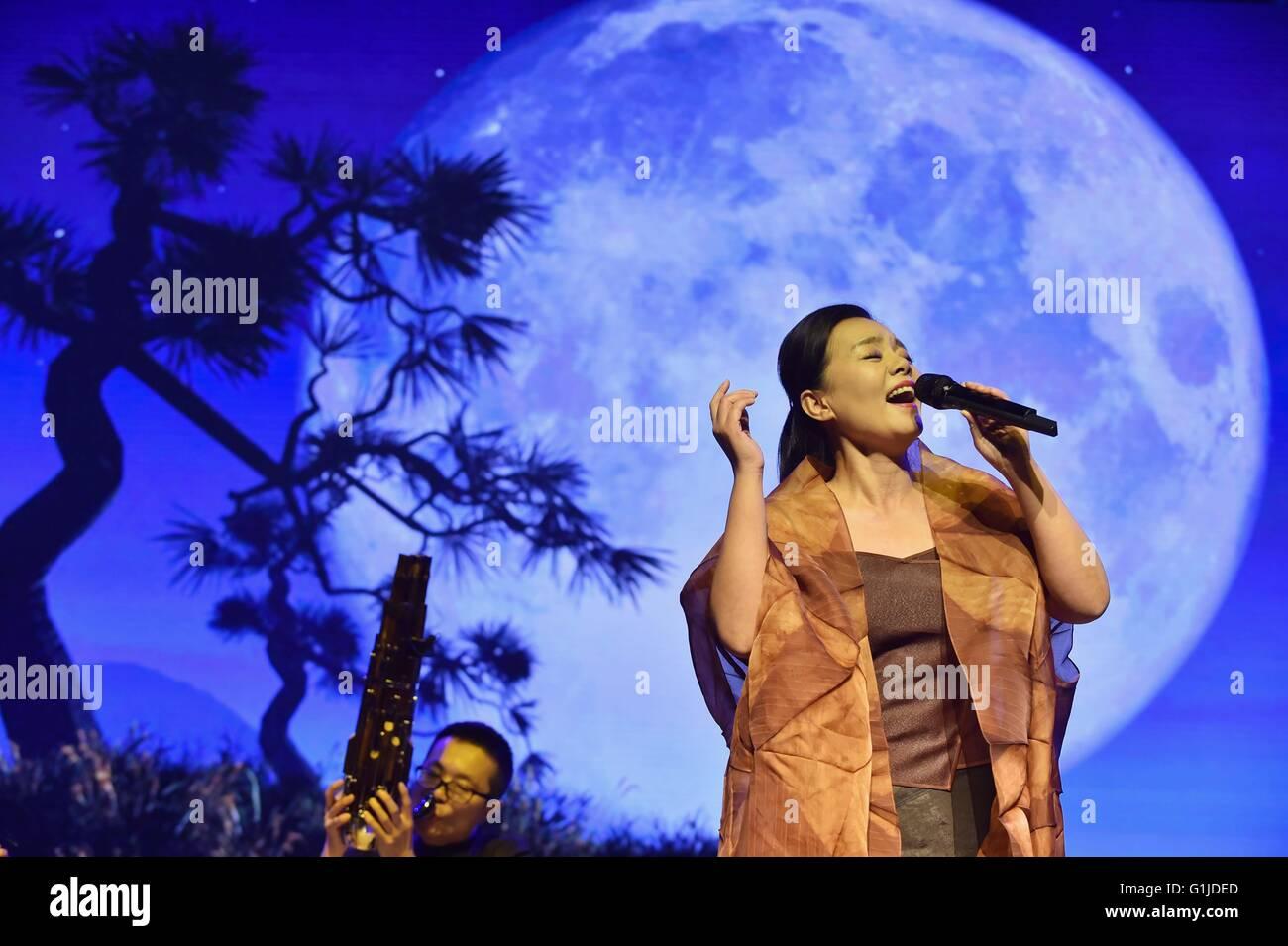 """Peking, China. 16. Mai 2016. Sängerin Gong Linna singt das Lied """"Eine ruhige Nacht"""" bei der Eröffnung Stockbild"""